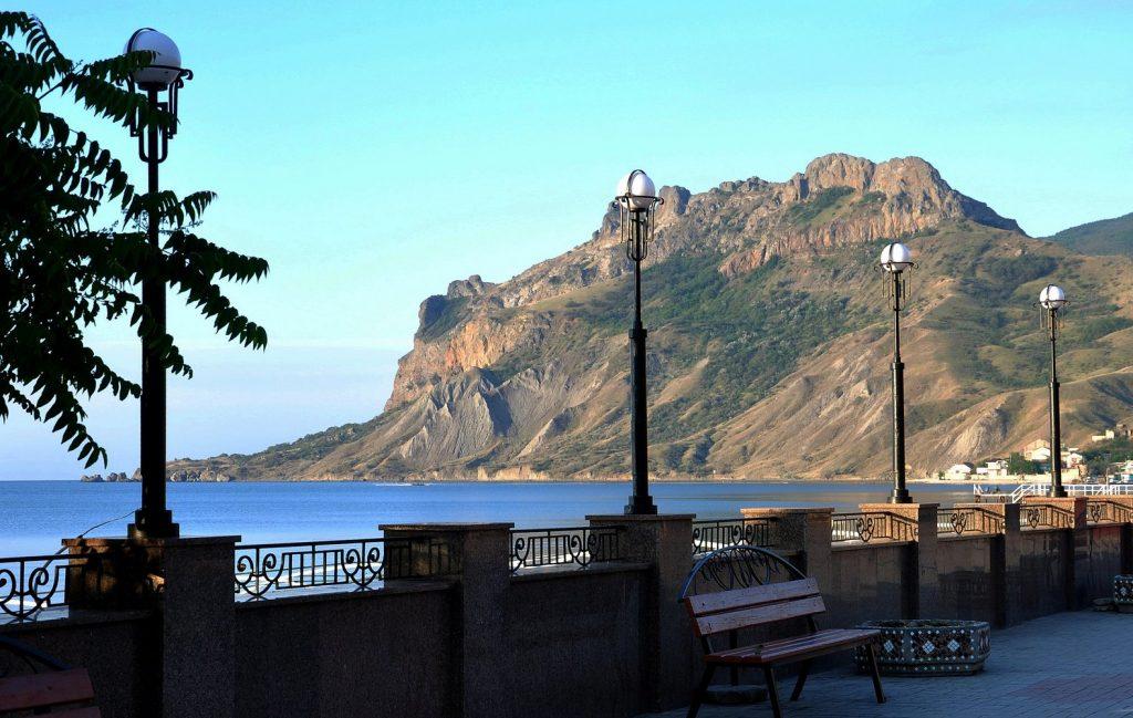 Вид на гору Карадаг с набережной Коктебеля