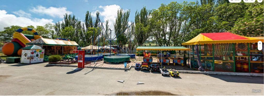 Детские аттракционы на набережной Десантников в Феодосии