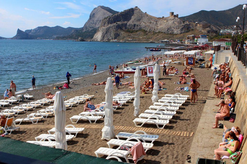 Городской пляж Судака в Крыму