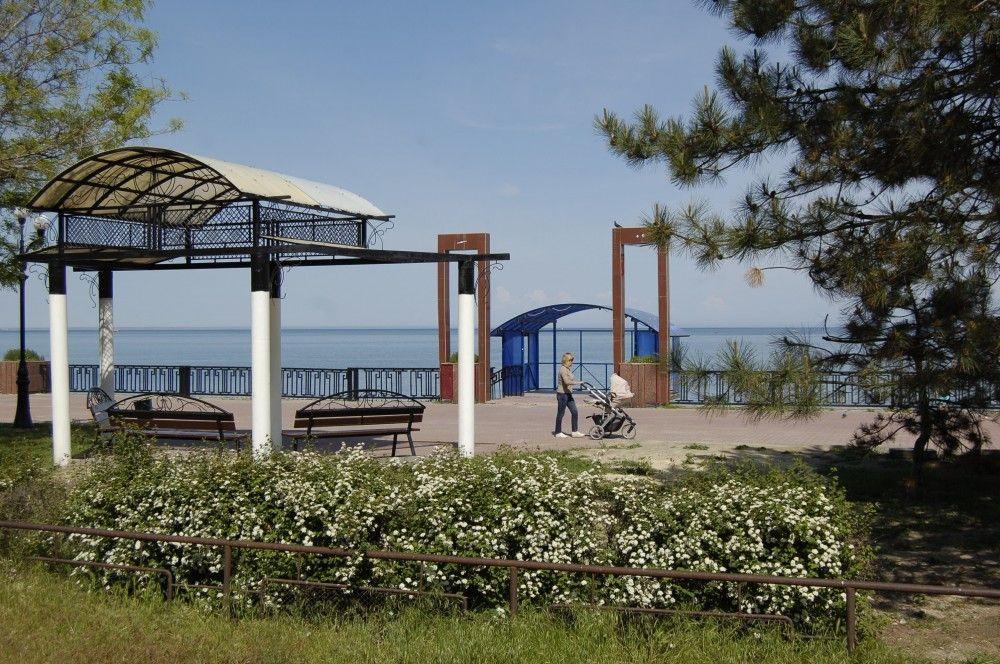 Лавочки и беседки для отдыха на набережной Десантников в Феодосии