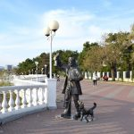 Маячник с собакой на набережной Геленджика
