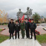 монумент изображает трех солдат с оружием