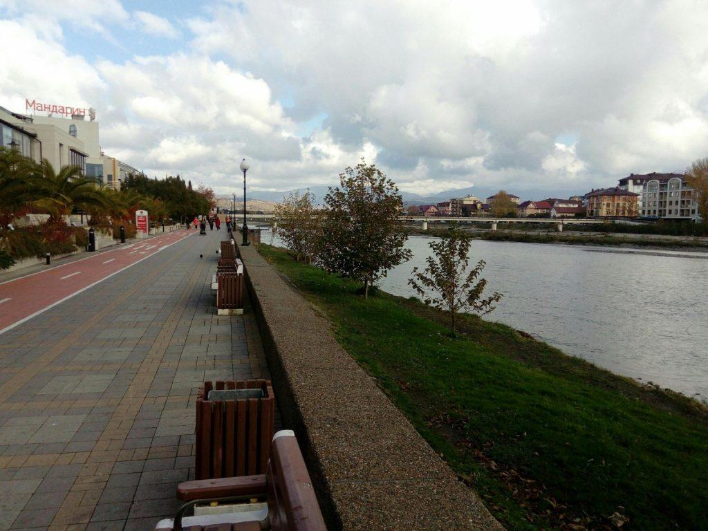 Набережная реки Мзымта в Адлере