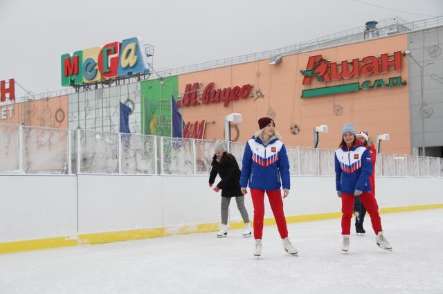 Каток перед ТЦ «Мега» на улице новосибирск